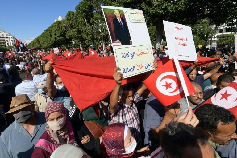 Des milliers de tunisiens manifestent contre le président kais Saied